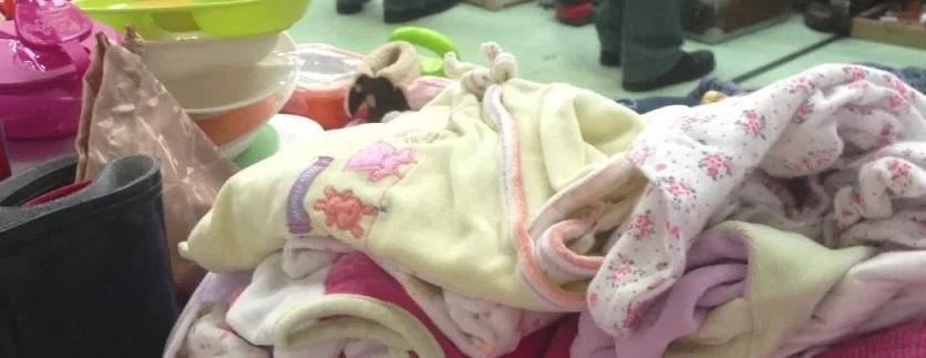 Des vêtements donnés pour les bébés