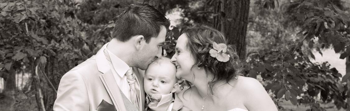 Un couple lors d'un mariage avec un bébé
